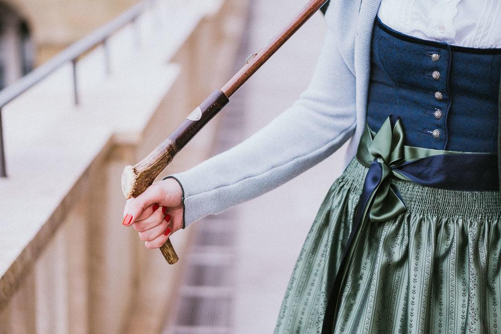 Trachtenschirm mit Hirschhorngriff gehalten