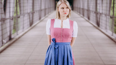 Dirndl enger nähen Rosa Dirndl mit blauer Schürze