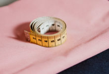 Maßband auf rosa Stoff zum Dirndl Maß messen