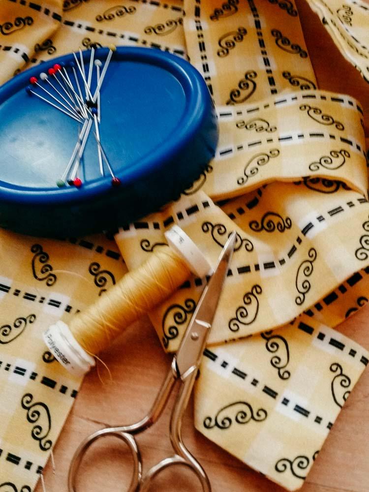 Dirndlmacherei Austria Stoff mit Schere und Nadeln